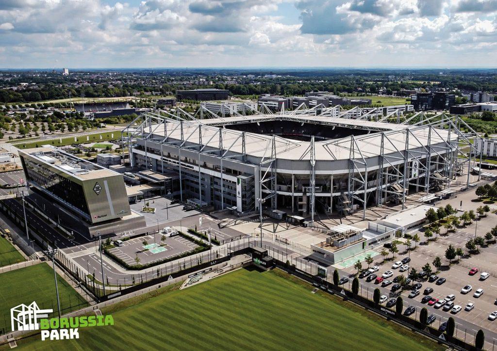 Der Borussia Park schräg von oben mit umliegend Parkplatz und weiteren Trainingsflächen